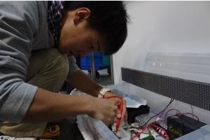 諏訪工業メッセ同日は,テスターでパワコンを最終確認 した後に,パワコンと自作したLED電光掲示坂とにつなぎ