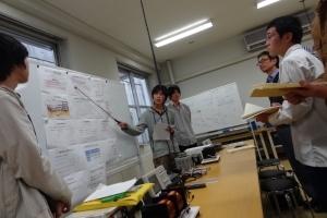 電気電子系の『FET増幅器』の発表の様子発表はグループごとに分かれて行います左が発表者たち・右が聴講者たち