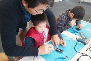 経験者にはなるべく自分で! 初めての子供には電子工作部もお手伝い!!