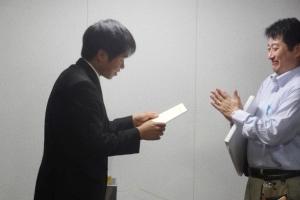 懇親会での論文賞の授与式の様子