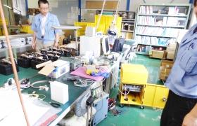 電気・電子回路の設計図を見ながら製品がどのように出来上がるかを説明