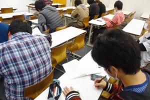 授業の類似問題プリントを解きながら理解を深める学生