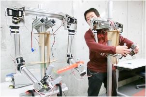 一方を操作するともう一つが同じ動作をするマスタースレーブロボットの開発