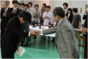 学生奨励賞を受賞した学部4年の武田駿君(飯田工業高校出身)