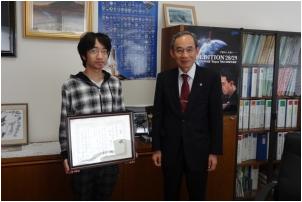 移動体無線通信分野で学生奨励賞を受賞した 河村学長先生に受賞報告する鈴木雄己君