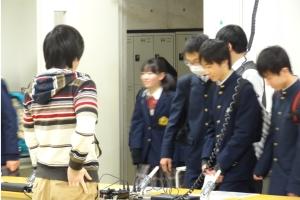興味津々な甲陵中学生