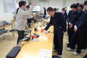 電気電子工作するLED光通信を体験! 驚きの声も!!